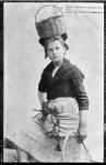 Pêcheuse de Carantec tenant un panier à la main gauche. 138.png